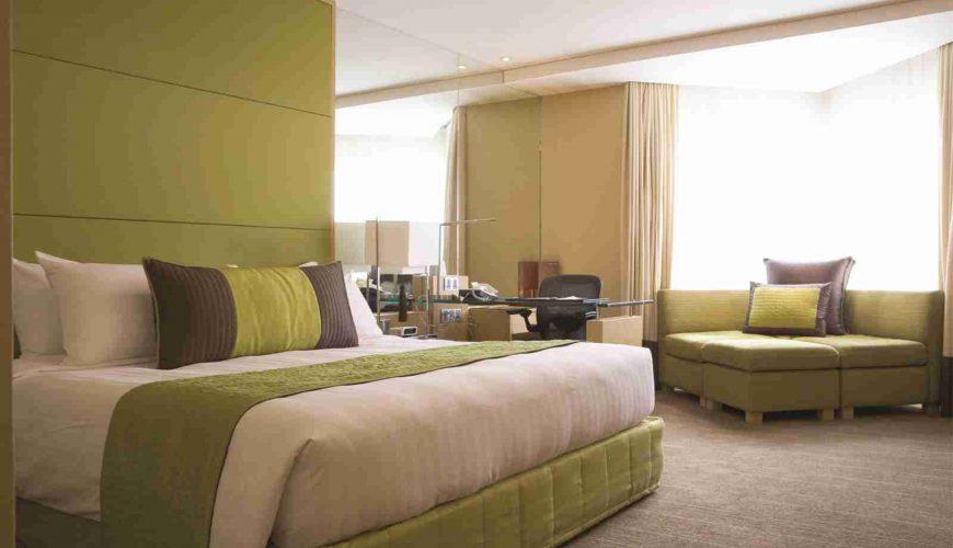 Lý do giường khách sạn phục vụ hai người nhưng có 4 gối 2