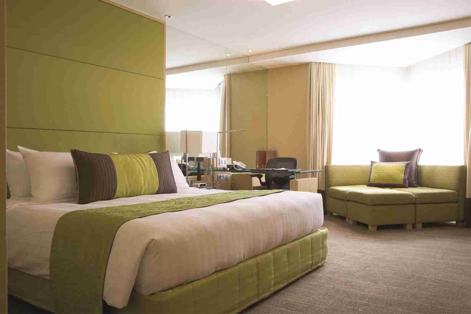 Lý do giường khách sạn phục vụ hai người nhưng có 4 gối 1