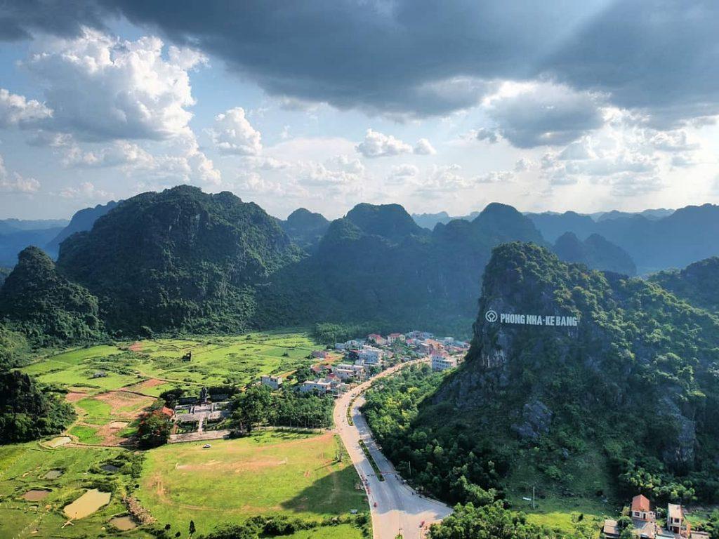 Quảng Bình sắp mở dịch vụ bay ngắm 'vương quốc hang động' 1